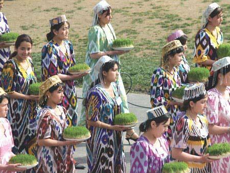 دحتران و زنان تاجیک با در دست داشتن سینی های «سبزه» در مراسم نوروزی در تاجیکستان شرکت کرده اند