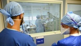Le personnel de santé au travail à l'hôpital de La Timone, à Marseille, le 25 septembre.