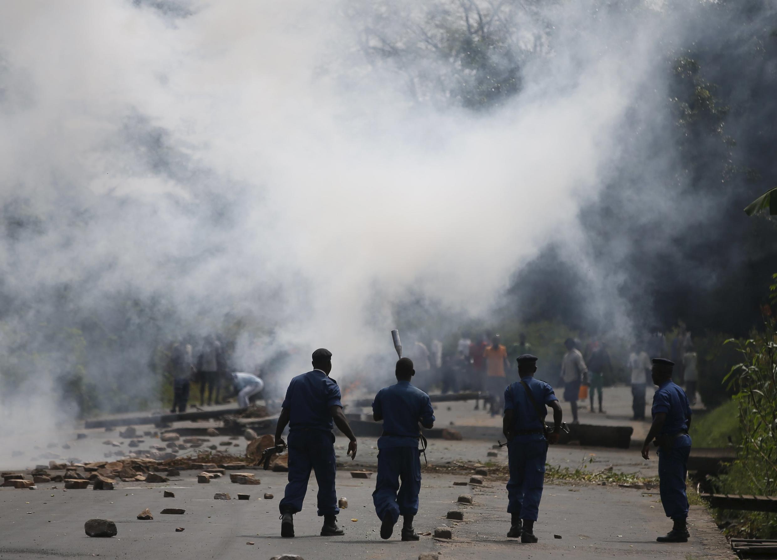Des policiers viennent de tirer des gaz lacrymogènes durant une manifestation à Bujumbura, le 21 mai 2015.