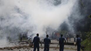 Des policiers tirent des gaz lacrymogènes pour réprimer une manifestation à Bujumbura, le 21 mai 2015. Les hommes du colonel Désiré Uwamahoro ont fait régner la terreur dans les quartiers contestaires de la capitale.