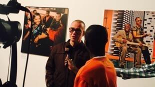 Le photographe Youri Lenquette interviewé ce mercredi 1er mars lors du vernissage de son exposition «Youri ne dort pas» à la galerie Le Manège à Dakar.