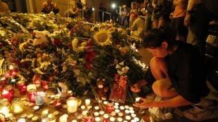 A Kiev, où la nuit est tombée, des fleurs et des bougies ont été déposées au pied de l'ambassade des Pays-Bas pour rendre hommage aux victimes qui provenaient d'Amsterdam.