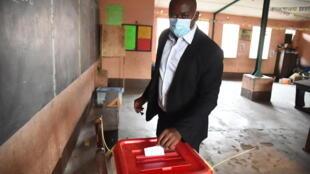 IMAGE Opération de vote pour la présidentielle à Cotonou, au Bénin, le 11 avril 2021.