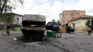 Xe bọc thép bị đốt cháy tại nơi xẩy ra chiến sự, ở cảng Mariupol, miền đông Ukraina, ngày 13/06/2014