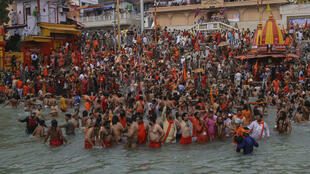 Des fidèles hindous se baignent pour se purifier dans le Gange à l'occasion du pèlerinage Kumbh Mela, à Haridwar, dans l'État de l'Uttarakhand au nord-est de l'Inde, le 12 avril 2021.