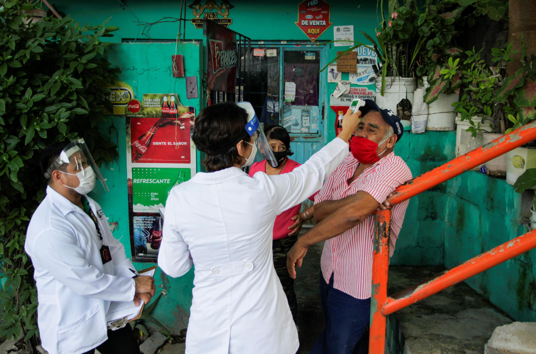 Agentes de sanidad revisan pacientes a domicilio en Monterrey, México, el 5 de agosto de 2020.
