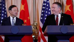 Ngoại trưởng Mỹ Mike Pompeo và chánh văn phòng đối ngoại đảng CS Trung Quốc  Dương Khiết Trì trong cuộc họp báo ngày 09/11/2018 tại Washington.