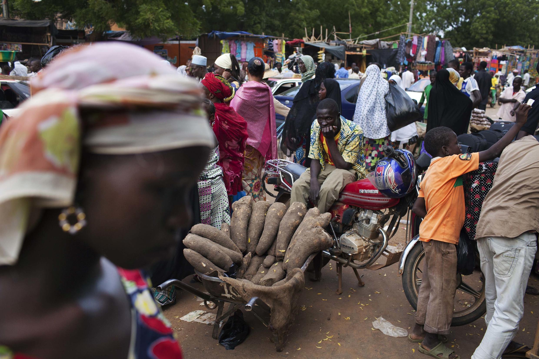 A Niamey au Niger, 73% des travailleurs sont dans l'économie informelle. Photo : sur un  marché de Niamey.