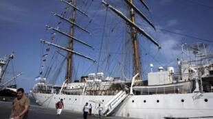 La fragata Libertad en el puerto de Tema.