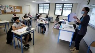 Professor de máscara e poucos alunos: a nova realidade das escolas na França