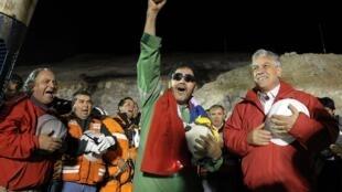 Последний из спасенных шахтеров Луис Урсуа рядом с чилийским президентом Себастьяном Пиньера