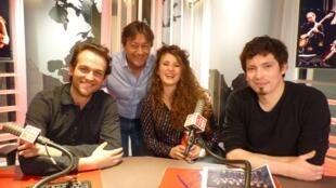 El violinista Mathias Naon  y los bandoneonistas Carmela Delgado y Lysandre Donoso con Jordi Batalle  después de la grabación de El invitado de RFI .