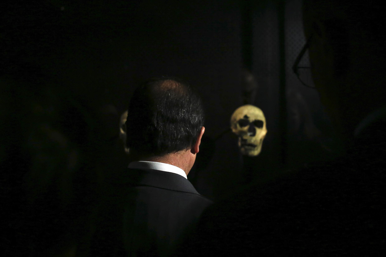 El presidente François Hollande frente al cráneo del hombre de Cromañón, conservado en el Museo del Hombre.