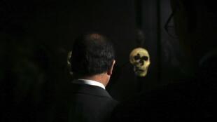Французский президент неоднократно заявлял, что в ходе COP21 будет решаться будущее человечества. На фото: Олланд в парижском Музее человека.