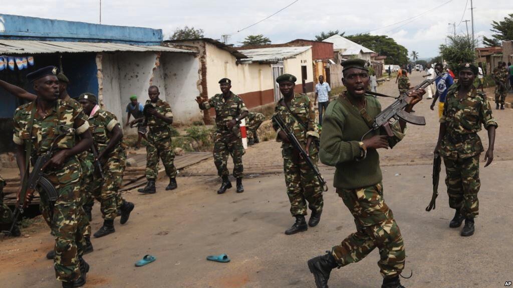 Askari wasambaratisha umati wa watu katika wilaya ya Cibitoke, Bujumbura, Burundi, Mei 7, 2015.