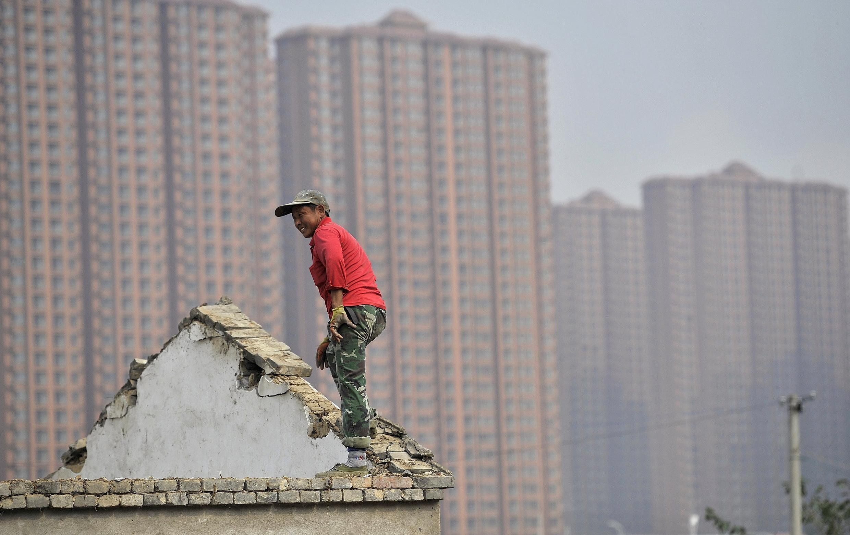 Một căn nhà bị đập bỏ để nhường chỗ cho các dự án địa ốc ở Hợp Phì, tỉnh An Huy, trong khi nhiều căn hộ mới xây vẫn chưa có người mua.