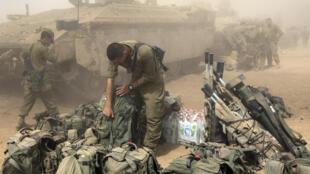 Un soldat de Tsahal prépare son équipement à la frontière sud avec Gaza, le 1er août 2014.