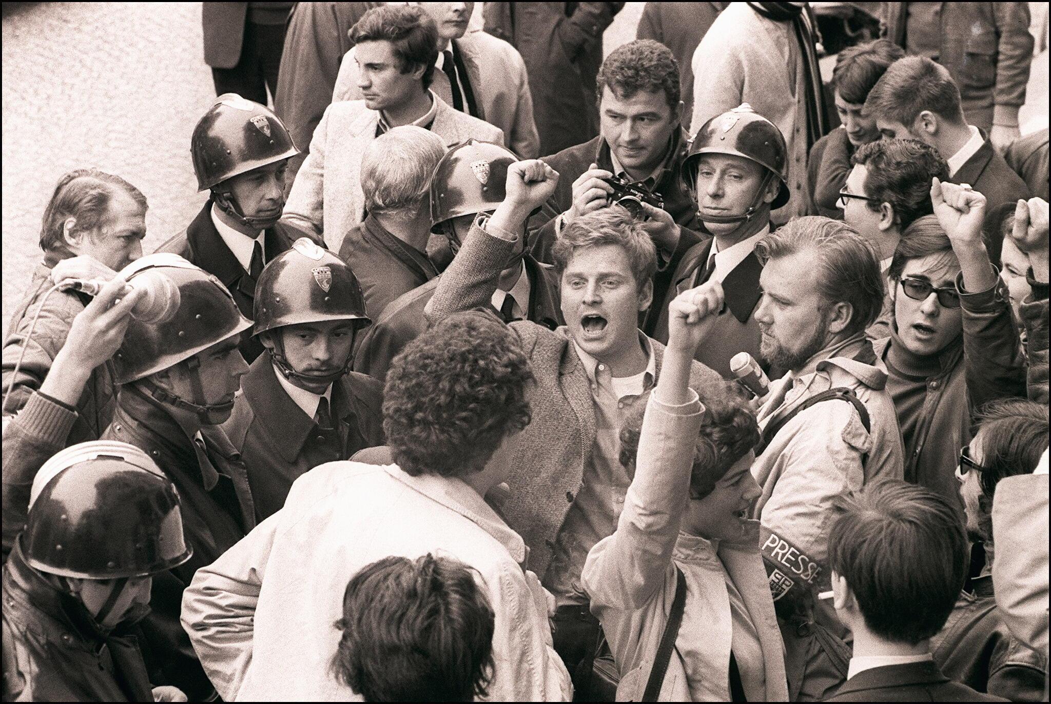 El líder Daniel Cohn-Bendit (centro) canta el himno socialista 'La Internacional', el 6 de mayo de 1968 en París, cercado por los policías y otros estudiantes, antes de ir al Comité Disciplinario de la Universidad de París Sorbona.