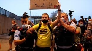 Un hincha del Barça, enojado por la partida de Lionel Messi del club, es arrestado por la policía, el 26 de agosto de 2020.