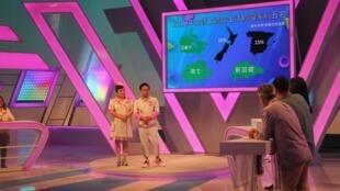 Ce nouveau jeu télévisé exclusivement en taïwanais, suivi quotidiennement par des millions de téléspectateurs, est un des exemples du renouveau des langues locales dans la culture et les médias taïwanais.