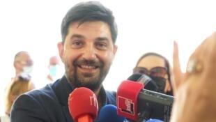 Tiago Rodrigues, à la cour d'honneur du Palais des Papes, le 5 juillet 2021. Photo Ninan WANG de RFI