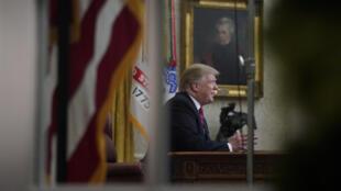 Image d'archive: Intervention de Donald Trump depuis le Bureau ovale sur son projet de mur à la frontière avec le Mexique, le 8 janvier 2019. 存档图片:美国总统特朗普 2019年1月8日 摄于白宫椭圆形办公室
