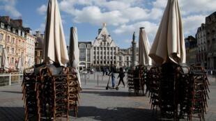 Ảnh minh họa: Ghế chồng chất bên ngoài một nhà hàng trên quảng trường trung tâm thành phố Lille miền bắc nước Pháp ngày 11/05/2020.