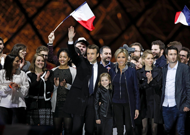 Избранный президент Франции Эмманюэль Макрон с женой Брижитт и их близкими на сцене у пирамиды Лувра, 7 мая 2017 г.