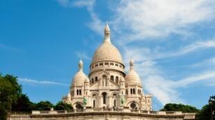 La basilique du Sacré-Coeur domine Paris depuis la Butte Montmartre, dans le 18e arrondissement