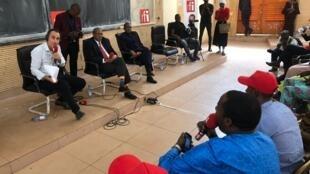 Juan Gomez et l'émission Appels sur l'actualité à la rencontre des étudiants de la Faculté des sciences économiques et de gestion de Bamako