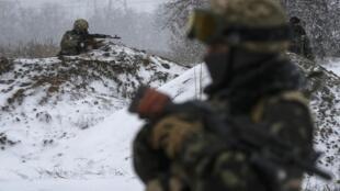 Soldados del ejército de Ucrania en sus posiciones de tiro, en el este del país, el 16 de febrero de 2015. Según un portavoz militar oficial, los separatistas han violado la tregua.