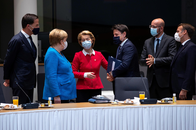 Thủ tướng Hà Lan Mark Rutte, thủ tướng Đức Angela Merkel, chủ tịch Ủy ban Châu Âu Ursula von der Leyen, thủ tướng Ý Giuseppe Conte, chủ tịch Hội Đồng Châu Âu Charles Michel và tổng thống Pháp Emmanuel Macron tại thượng đỉnh Bruxelles ngày 18/07/2020.