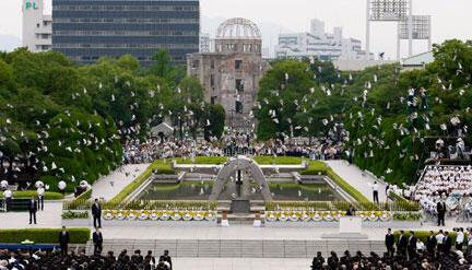 Milhares de pessoas se reunem no Memorial da Paz, em Hiroshima.