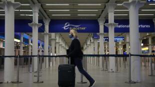 Una pasajera llega a la terminal del Eurostar en la estación ferroviaria de Saint Pancras, el 6 de mayo de 2020 en Londres