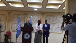 Le nouveau représentant spécial de l'ONU en Somalie, James Swan (g), reçu par le maire de Mogadiscio (d) peu de temps avant l'attentat dans les locaux de la mairie, le 24 juillet 2019. Le maire de la capitale somalienne Abdirahman Omar Osman a été blessé.