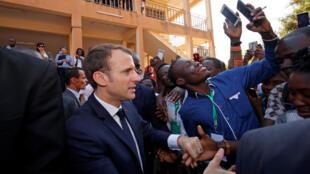 Selfies et accolades avec les étudiants burkinabè à l'arrivée d'Emmanuel Macron à l'université Ouaga1, le 28 novembre 2017.
