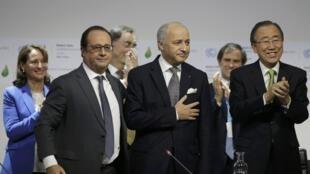 O presidenteFrançois Hollande, ao lado de Laurent Fabius e do secretário-geral da ONU, Ban Ki-moon.