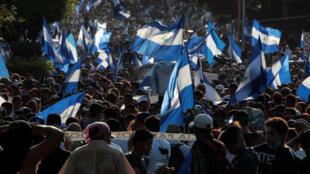 """El lunes 23 de abril decenas miles de personas durante una marcharon en Managua """"por la paz y el diálogo""""."""