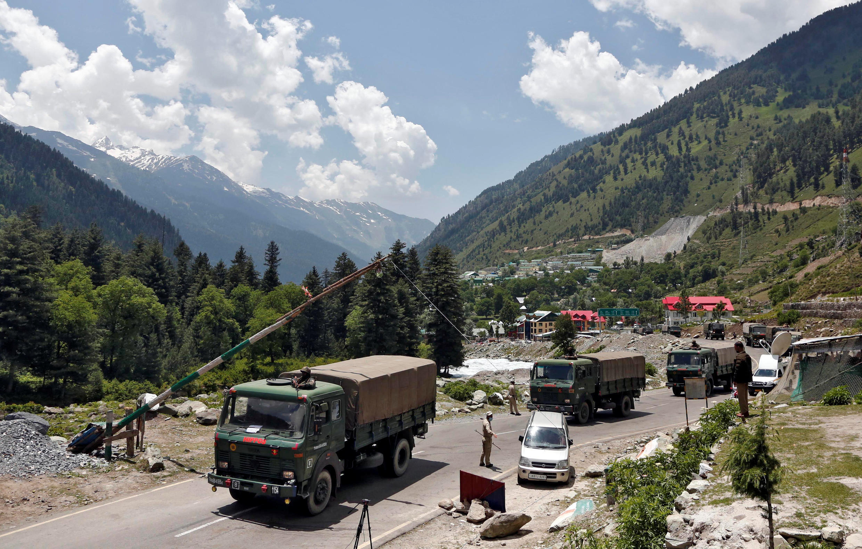 2020年6月17,印度軍車在通往拉達克的一條公路上
