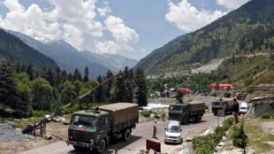 2020年6月17,印度军车在通往拉达克的一条公路上