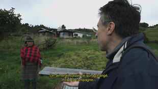 Pierre Carles enquêtant sur le monde rural.