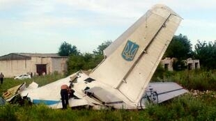 Mabaki ya ndege ya Ukraine aina ya An-26 karibu na kijiji cha Davido-Nikolsk katika eneo la Lougansk.