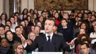 Le président français a égréné, devant les «immortels» et 300 jeunes lycéens et étudiants, une trentaine de mesures visant à redonner toute «son ambition» au français.
