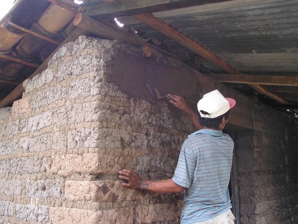 Enjarrar las paredes para evitar que las chinches se alojen en las grietas.