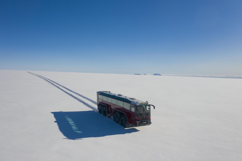Le «bus glacier» long de 15 mètres promène ses passagers sur les neiges éternelles du Langjökull.