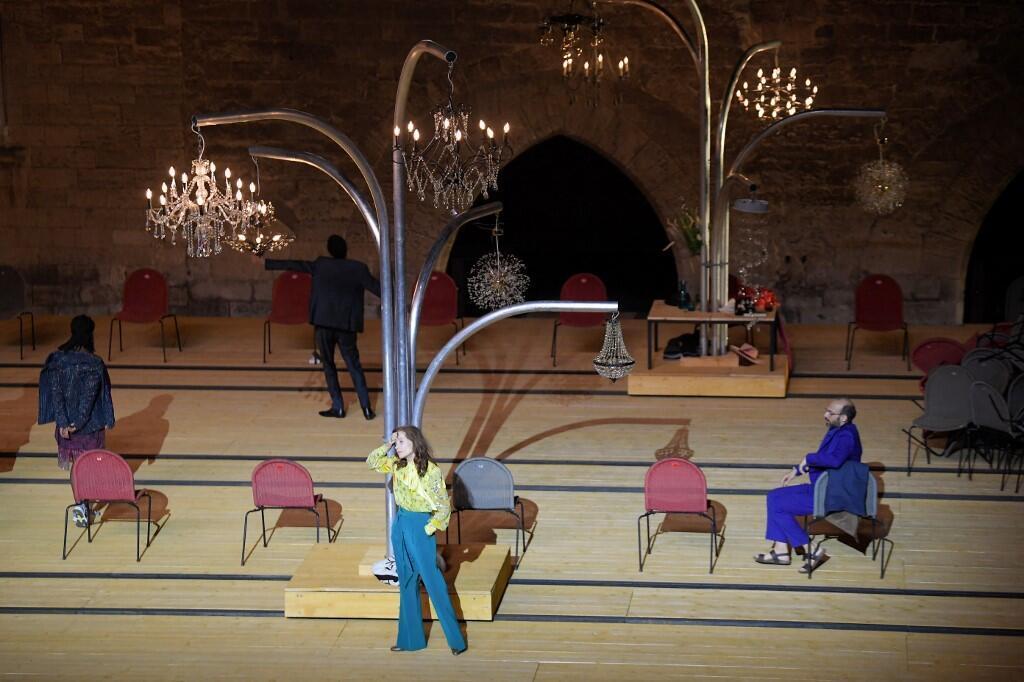 Isabelle Huppert nos ensaios das peça O Cerejal, encenado por Tiago Rodrigues na abertura do Festival de Avignon.
