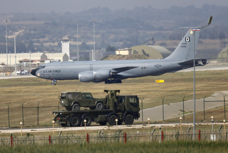 O avião de guerra americano KC-135R Stratotanker na base aérea turca de Incirlik, em Adana.