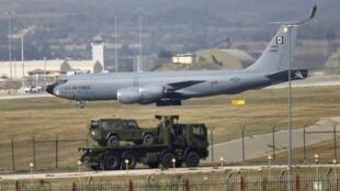 Máy bay tiếp nhiên liệu trên không Boeing KC-135R Stratotanker của Không lực Hoa Kỳ hạ cánh xuống căn cứ Incirlik ở Adana, Thổ Nhĩ Kỳ, ngày 10/08/2015.