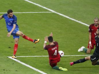 Gignac em uma das oportunidades para a seleção francesa na final da Eurocopa.
