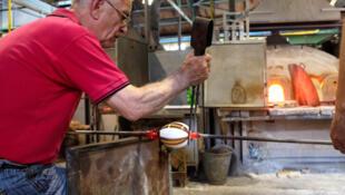 Un artisan, souffleur de verre sur l'île de Murano, au nord de Venise.